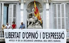 Torra acata la orden de la Junta Electoral y retira los símbolos independentistas