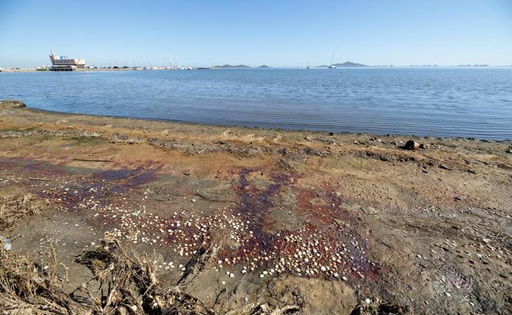 Los residuos mineros llegan ya hasta la playa de Los Urrutias