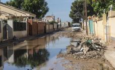 Vecinos de Bahía Bella denuncian que aún tienen calles llenas de barro por la DANA