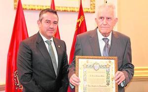 El arqueólogo Serrano Várez recibe el título de Hijo Adoptivo