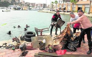 300 héroes del mar limpian la Bahía de Mazarrón