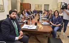 El Gobierno regional se compromete a elaborar el decreto Ley de Protección Integral del Mar Menor antes de 2020