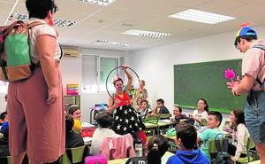 El humor de los payasos entra en las aulas de Los Alcázares para olvidar las inundaciones