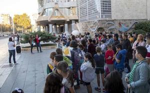 Los padres del Virgen del Carmen de Cartagena exigen en la calle la retirada del amianto del colegio