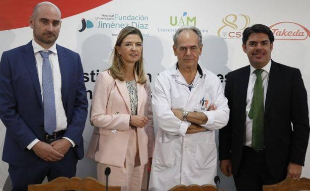 El jefe de Cirugía del Hospital Fundación Jiménez Díaz, Damián García Olmo, (2º izq.), junto con representantes de las diferentes entidades que han liderado el proyecto./EFE