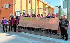 Vecinos de El Fenazar de Molina protestan por la supresión de la educación en adultos