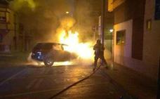 Arde un vehículo en la plaza de la Cerámica de Molina de Segura