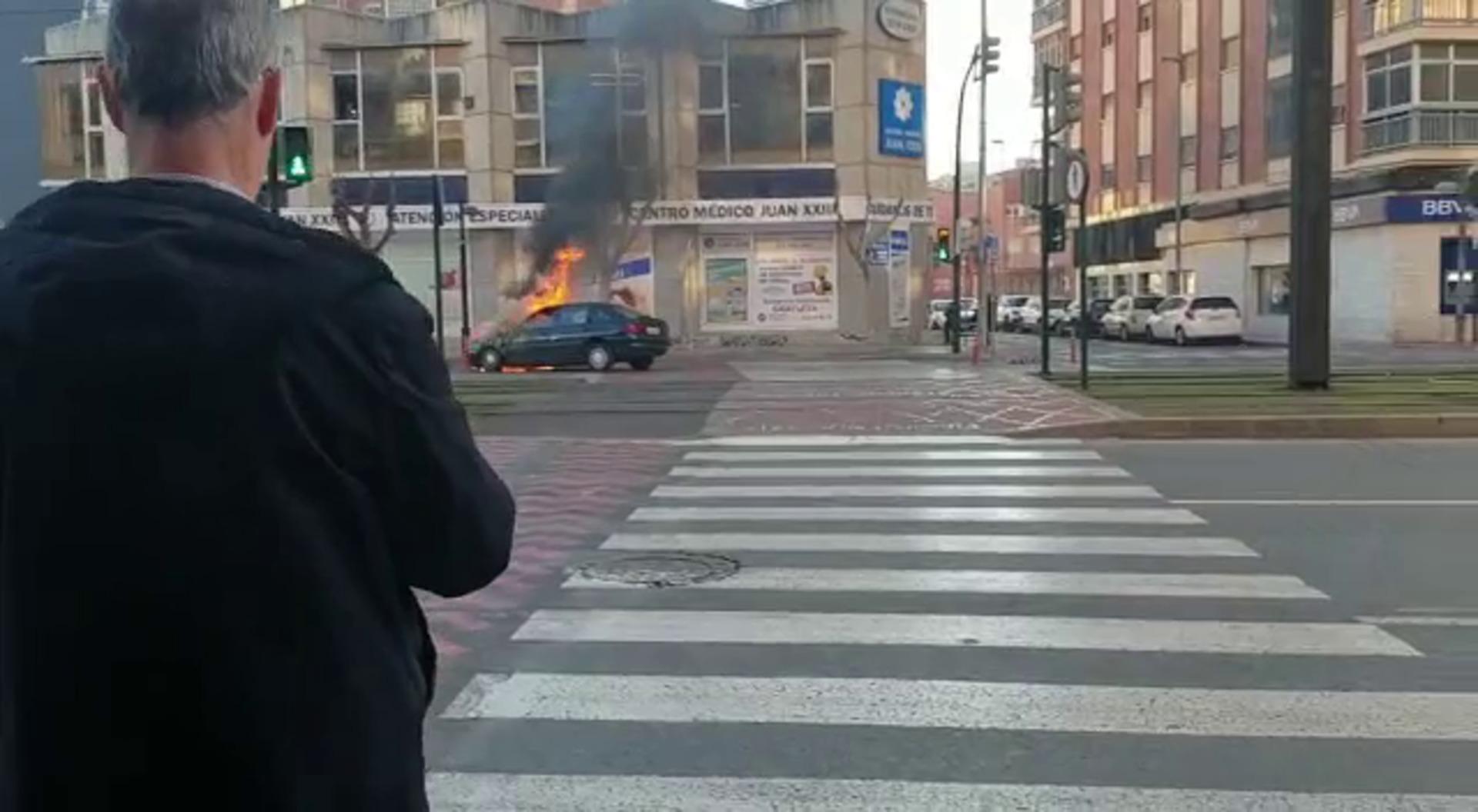 Arde un coche junto a la plaza Juan XXIII de Murcia
