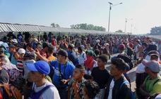 La caravana de inmigrantes centroamericanos intenta entrar a empujones en México