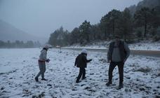 La nevada corta carreteras y atrapa a decenas de conductores en Moratalla