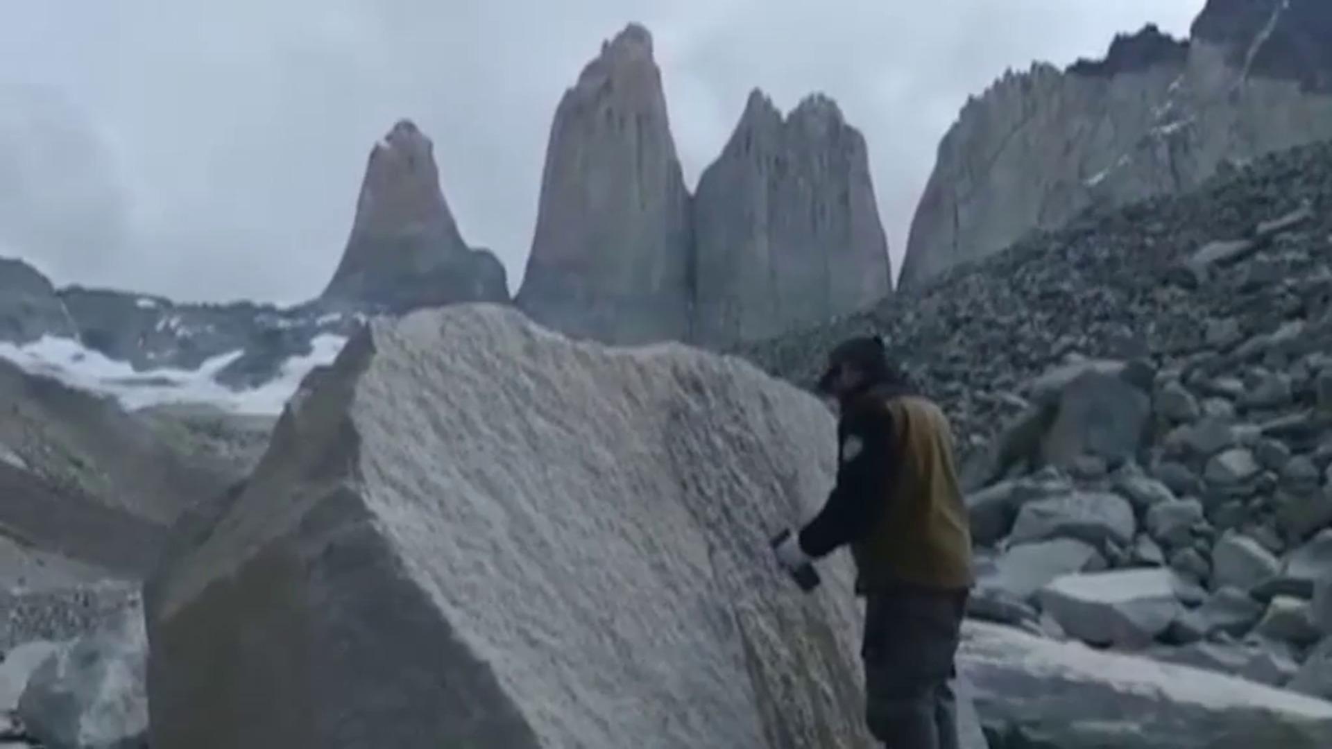 Detienen a una turista italiana por hacer dibujos en las rocas de las Torres del Paine (Chile)