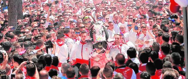 La peña Artersano, con su caballo 'Ansemil', tiene el récord de la carrera en la Cuesta del Castillo con un tiempo de 7 segundos y 713 milésimas, logrado el 2 de mayo de 2016. /Juan F. Robles