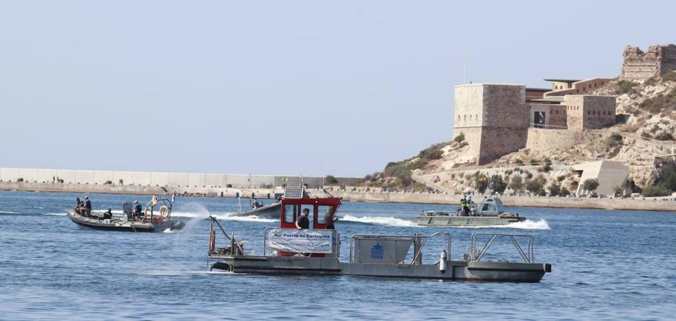 Un barco 'empujadora' de la Armada se hunde en el Puerto de Cartagena