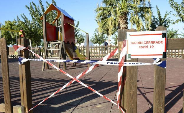 Un parque cerrado en Lorquí, donde este miércoles se aprobaron nuevas restricciones./Guillermo Carrión / AGM