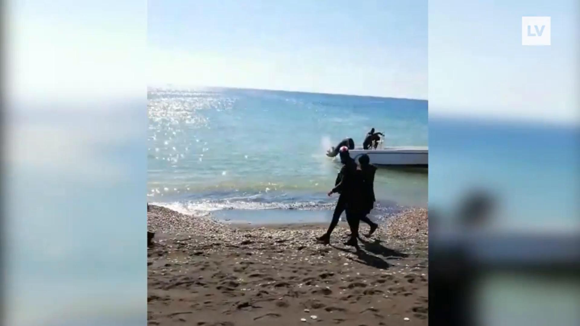 Llegada a la costa de Pormán de una patera cargada de argelinos