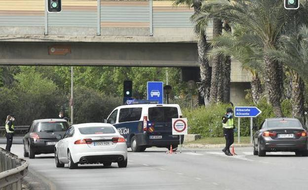Police control at one of the entrances to the city of Murcia, in a file image./Javier Carrión / AGM