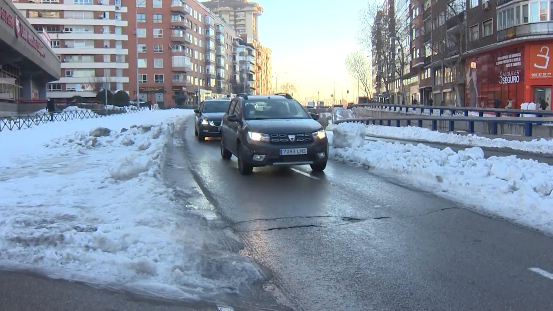 Atasco en Avenida de América, con un solo carril habilitado tras las nevadas