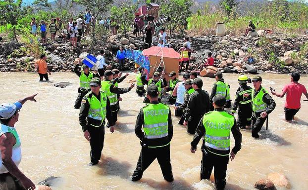 La policía colombiana vigila el paso del río Táchira, frontera entre Colombia y Venezuela, paso habitual de inmigrantes.