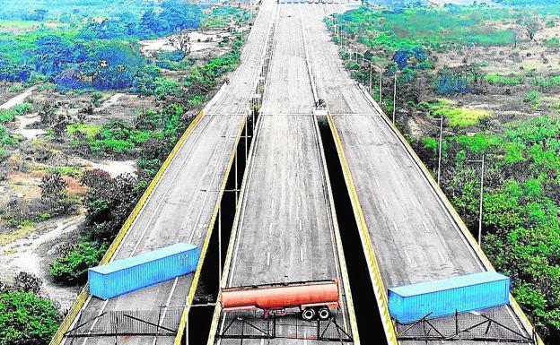 Vista aérea del Puente Tienditas, en la frontera entre Cúcuta (Colombia) y Táchira (Venezuela), después de que fuerzas militares venezolanas lo bloquearan con contenedores el 6 de febrero de 2019.