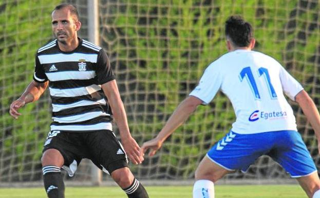 Verza looks for a long pass, under pressure from Álex Bermejo, in a friendly match last preseason against Tenerife.