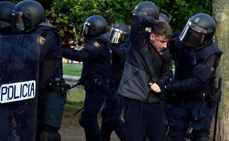 Los incidentes del acto de Vox en Vallecas, en imágenes