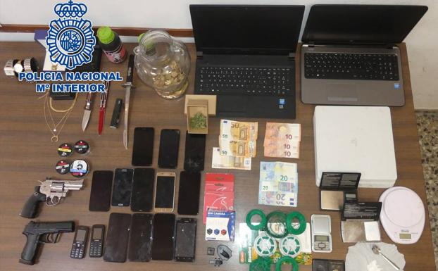 Objects and money seized by the National Police.