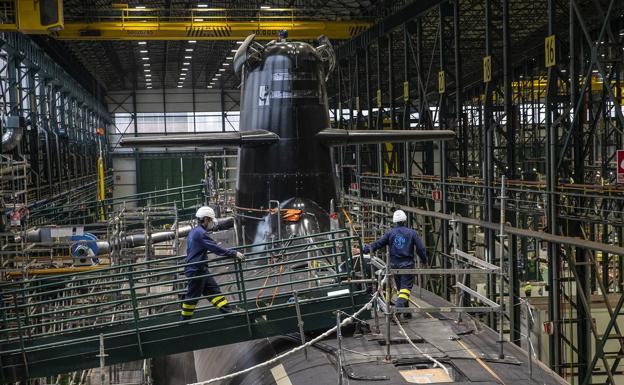 Navantia employees board the S-81 at the shipyard.