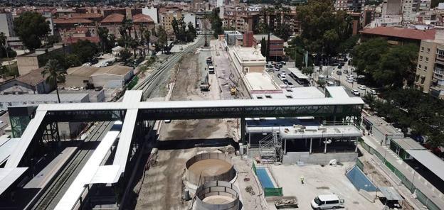 Panorámica de la estación de Murcia sin las tres vías principales. A la derecha, la sala de embarque para el AVE. A la izquierda, el andén provisional para los trenes. Se trabaja bajo tierra. / ADIF