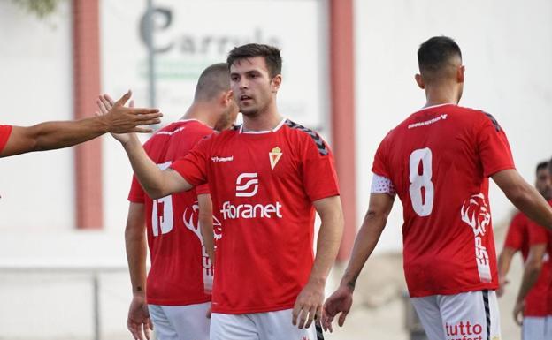 Guille Lozano es felicitado por sus compañeros tras marcar el primer gol del partido.