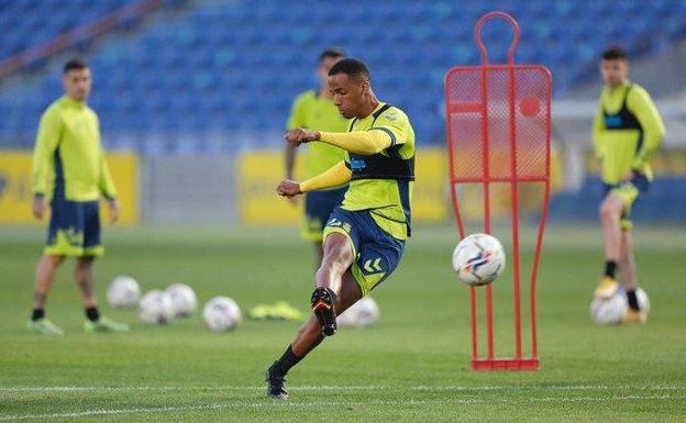 El futbolista Ismael Athuman durante un entrenamiento.