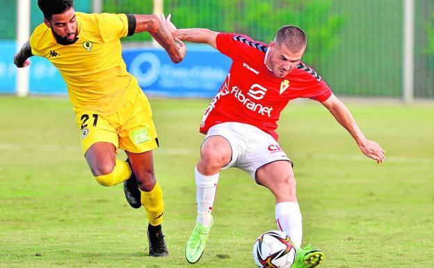 Julio Gracia, de 23 años, controla el balón en el amistoso de hace unos días frente al Hércules.