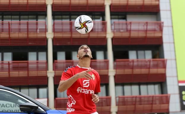 Presentación del nuevo jugador del Real Murcia, Juan Fernández, este miércoles.