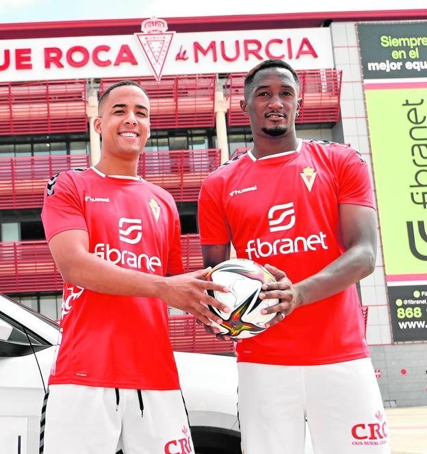 Athuman y Boris Kouassi, ayer, en la explanada de entrada al estadio Enrique Roca. / JAVIER CARRIÓN / AGM