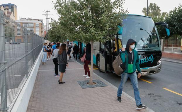 Uno de los autobuses que sustituyen a los trenes de cercanías./Jaime Insa / AGM