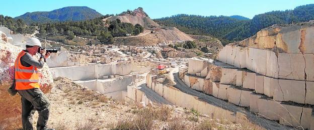 Un técnico realiza fotografías en la cantera de caliza de la Sierra del Almirez, ubicada en Zarcilla de Ramos, en Lorca, integrada en el proyecto de restauración de la biodiversidad. / C. T. M.