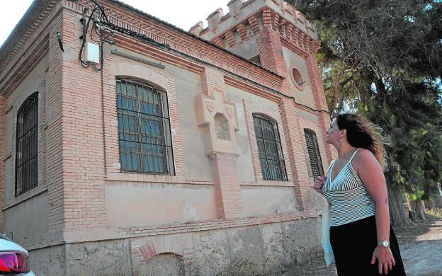La historiadora María Dolores Piñera junto al edificio de la fábrica de la luz de la Algaida, en Archena. / C. CABALLERO