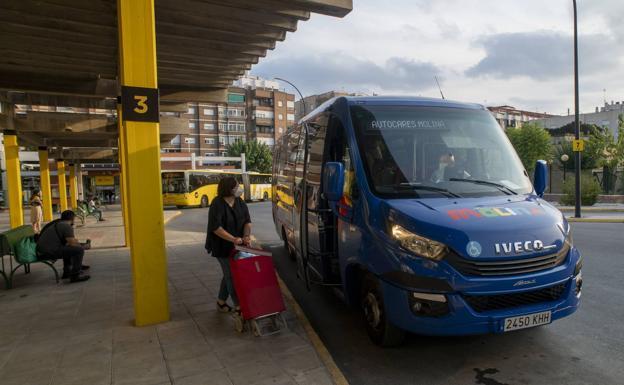 Una mujer se dirige con su carro de la compra a subirse a un bus urbano en la estación de Molina de Segura, el pasado jueves./ros caval / AGM