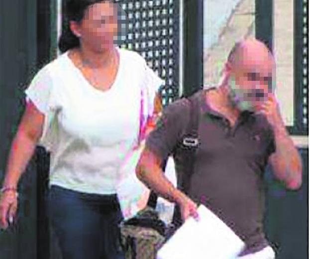 Antonio José S. C. sale de una de sus oficinas en Madrid en compañía de una de sus colaboradoras./sumario