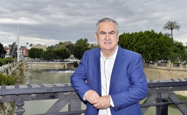 Rafael González Tovar, en el Puente Viejo de Murcia, en una imagen tomada en 2017.