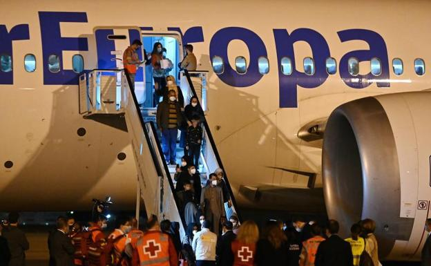 Arrival of the second plane with Afghan refugees.