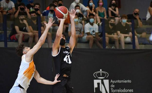 Miguel Alarcón shoots for a basket in a match last season with Madrid's CB Torrelodones.