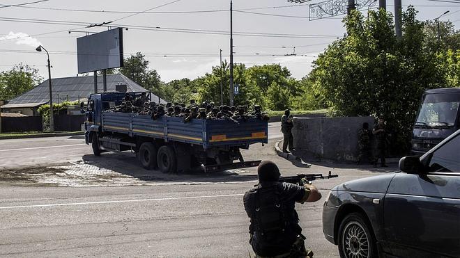 El Ejército ucraniano y los prorrusos luchan por el control del aeropuerto de Donetsk
