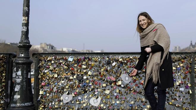 Los 'candados de amor' hunden una barandilla del Pont des Arts de París