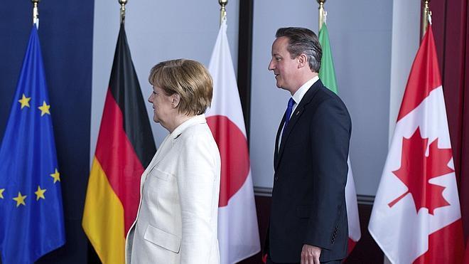 Cameron y Merkel discuten el relevo en la presidencia de la Comisión Europea
