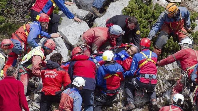 Rescatan al espeleólogo atrapado en la cueva más profunda de Alemania