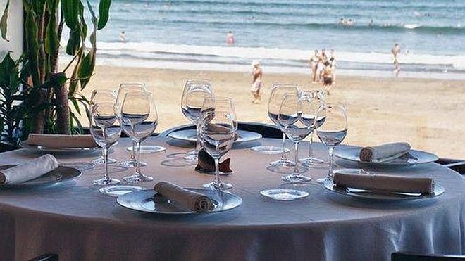 Comer... mirando al mar