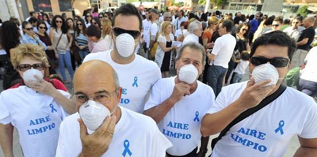 Medio millar de vecinos salen a la calle para exigir un aire limpio