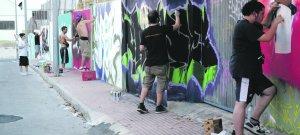 Decoran con grafitis el polideportivo El Romeral