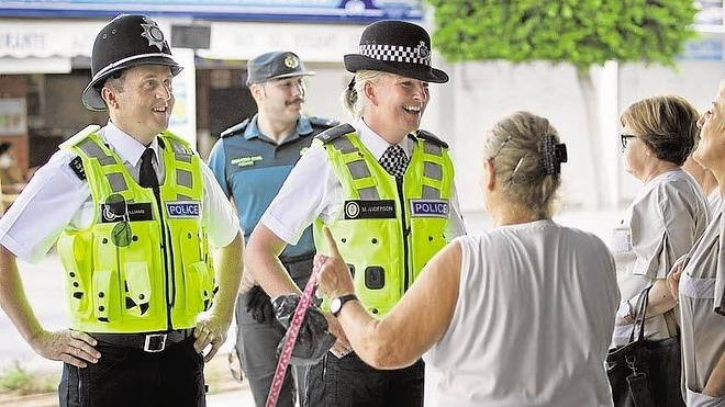 Un protocolo permitirá que 'bobbies' patrullen las calles de Benidorm este verano
