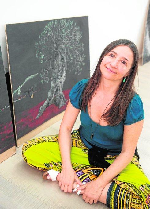 Mayu Macías, en la galería LaAurora, con obras de su exposición 'El espíritu de la olivera'./